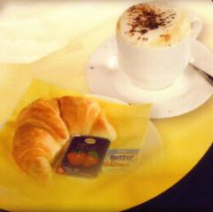 croisant, cappuccino, marmelade